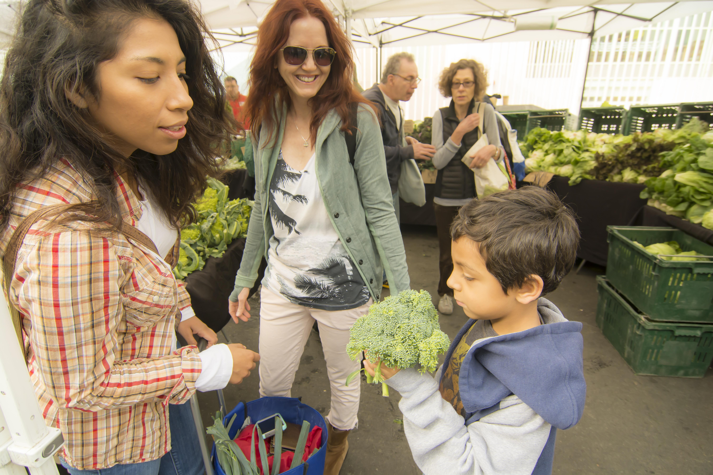 family_farmersmarket